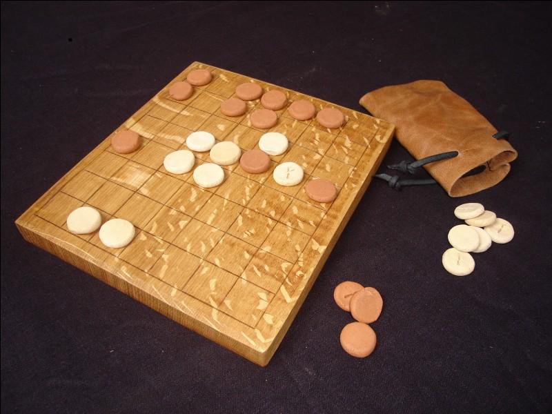 """Voici un ludus latrunculorum (à vous souhaits !), un jeu romain très semblable aux échecs modernes.Que veut dire """"ludus latrunculorum"""" ?"""