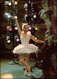 Barbra Streisand interprète dans l'une des scènes du film la pire ballerine qui soit, dans un but comique. Elle joue ici le rôle d'une célèbre Ziegfeld girl, Fanny Brice, qui compensait son manque de charme physique par un talent comique sans pareil. Quel est ce film ?