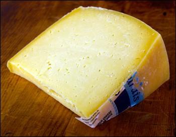 Quel est ce fromage portugais, à base de lait de vache, originaire d'une île dans l'archipel des Açores ?