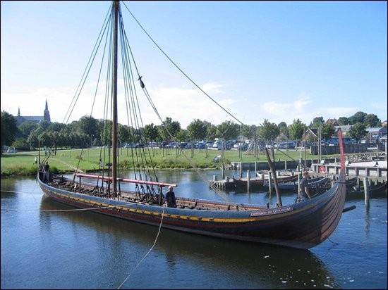 Le musée des navires vikings de Roskilde se trouve dans le pays.