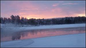 Le nord du pays est traversé par le cercle polaire arctique.
