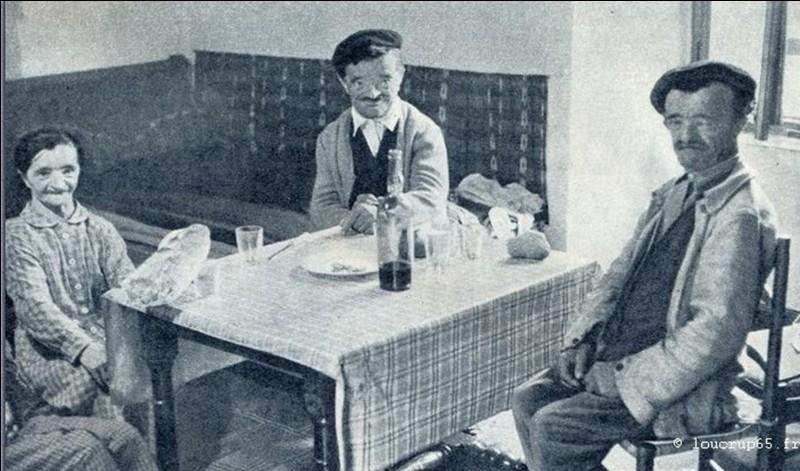 Sur cette photo, on peut voir trois personnes appartenant à une communauté aujourd'hui probablement disparue ! Ils ont subi le rejet, les injures, l'ostracisme des « autres » ! On pouvait les trouver, principalement dans les Pyrénées, au Pays basque et en Espagne. Ils devaient se signaler lorsqu'ils venaient en ville !Qui sont-ils ?