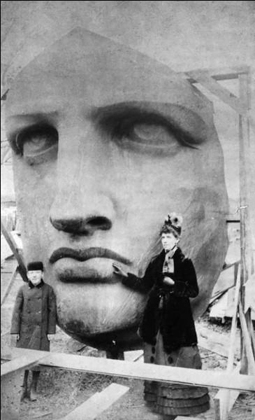 On dit que c'est le visage de sa mère ou de sa femme. D'autres pensent que c'est le visage d'une jeune fille vue lors des manifestations suite au coup d'Etat de Napoléon III (1851). Il est possible que cela soit le visage de la femme d'un ami intime !Qui est l'auteur de ce visage sévère ?
