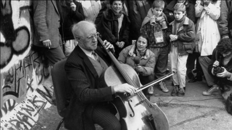 Nous sommes le 11 novembre 1989, le mur de Berlin est en train de tomber ! Ce violoniste donne un concert au pied de ce mur !Qui est ce musicien ?