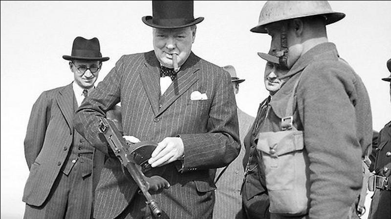 Cette photo du Premier ministre Winston Churchill a été prise pendant la bataille d'Angleterre en 1940 ! On peut voir qu'il tient un pistolet-mitrailleur Thompson.Mais, en quoi cette photo est particulière ?