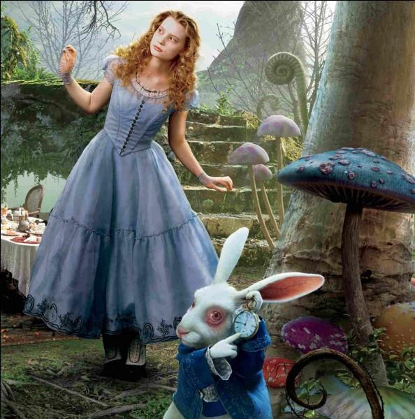 """Lewis Carroll est l'auteur de """"Les Aventures d'Alice au pays des merveilles"""". L'auteur du livre est :"""