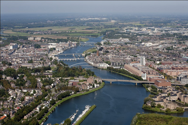 Le pays est arrosé par la Meuse.