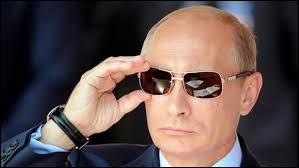 Cet ancien espion est à la manoeuvre depuis bientôt 20 ans... Je ne tiens pas à me faire empoisonner alors je n'en dirai pas plus... Quel pays dirige-t-il d'une main de fer ?