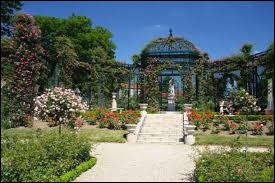 Nous nous promenons dans la roseraie de L'Haÿ-les-Roses (Val-de-Marne). Comment nomme-t-on les habitants de cette ville ?