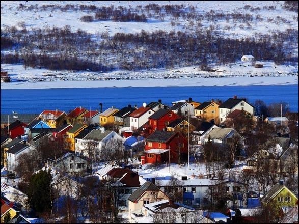 N - La frontière entre la ''Norvège'' et la Russie est située au-delà du cercle arctique.