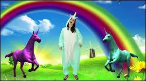 """Quelle youtubeuse a sorti une chanson humoristique qui s'appelle """"la chanson des licornes"""" ?"""