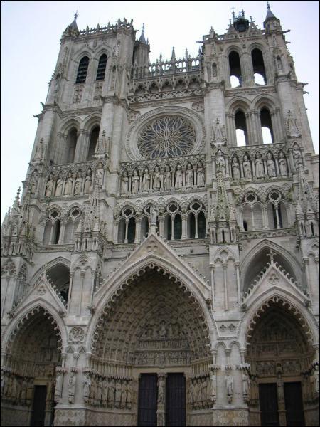 Plus vaste édificide médiéval de France, cette cathédrale dont la construction commença en 1220 est: