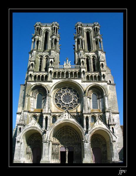 Cathédrale picarde, où trône t-elle?