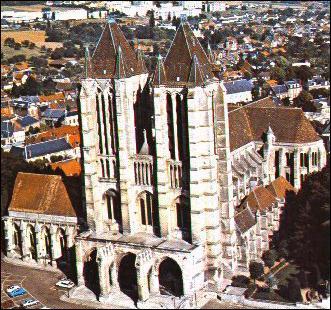Cathédrale des sacres de Charlemagne (768) et Hugues Capet (987), point de départ de l'architecture gothique, cette cathédrale est