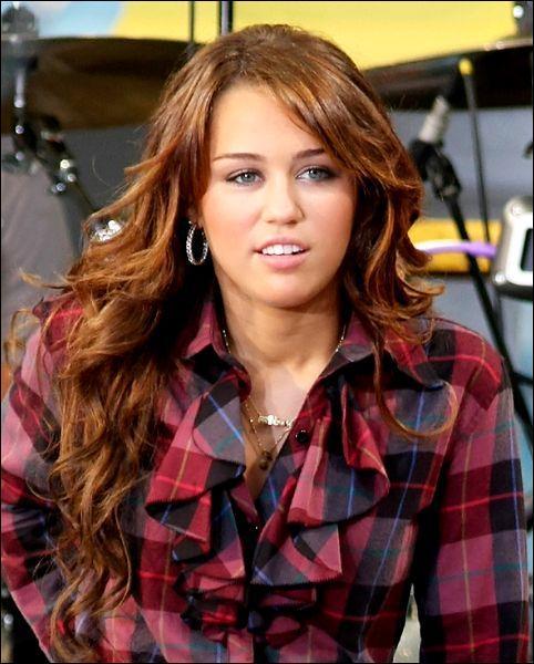 En t : Dans le clip 'the climb' de Miley Cirus elle...