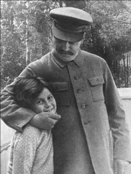Comment était surnommé Staline ?