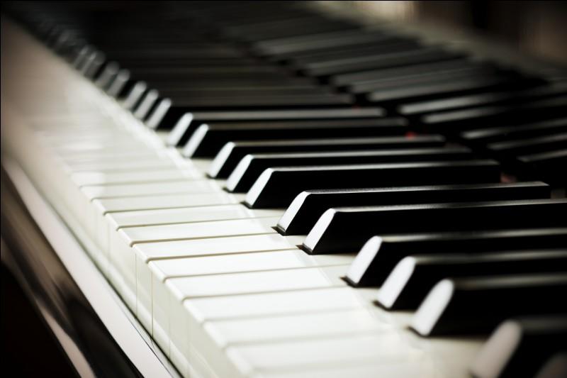 De combien de touches le clavier d'un piano moderne est-il traditionnellement composé ?