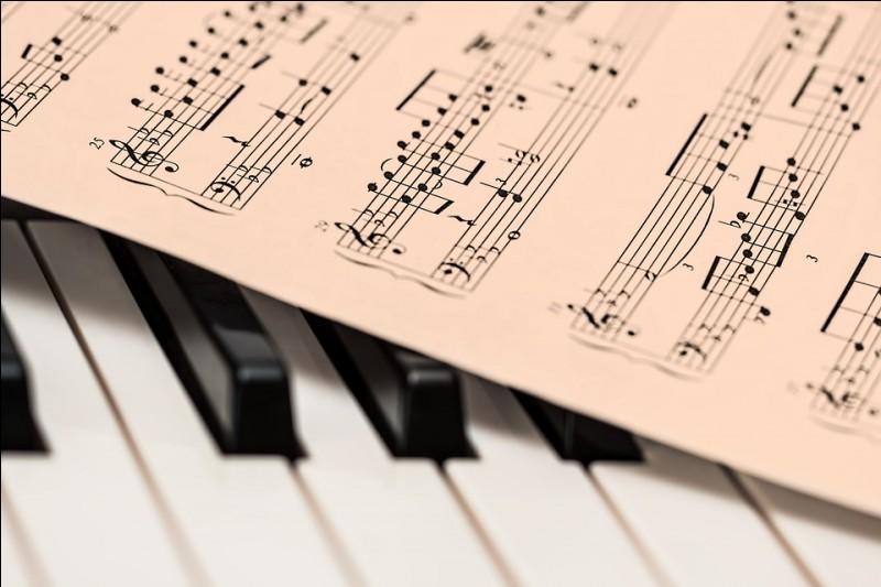 En général, avec quelle main se jouent les notes écrites sur la portée en clé de fa ?
