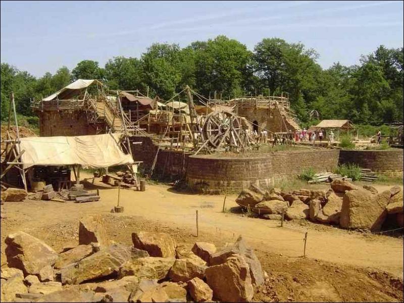 Chantier de reconstruction d'un château fort médiéval.