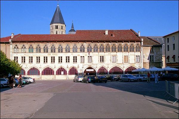 Abbaye bénédictine fondée en 909.