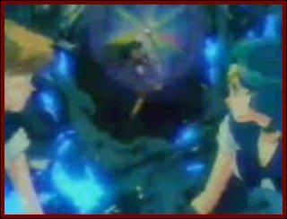 A la fin de la série, elle sauve la vie des Sailors Neptune et Uranus en arrêtant le temps. Avec quoi ? (eh oui, je sais, on ne voit pas très bien sur la photo !)