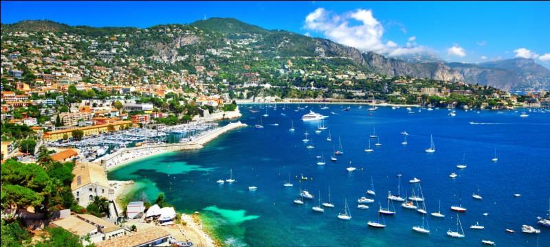 Nice est préfecture du département des Alpes-Maritimes.