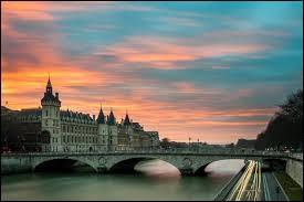 Plusieurs grands monuments parisiens sont visibles dans le dessin animé, notamment :