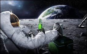 L'astronaute venant déblayait la sonde s'abrite prêt de la Lune.