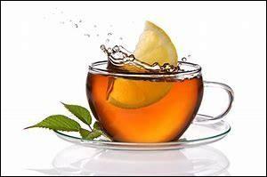 À la terasse des cafés, les hommes prennent leur thé en lorgnand les piètons.