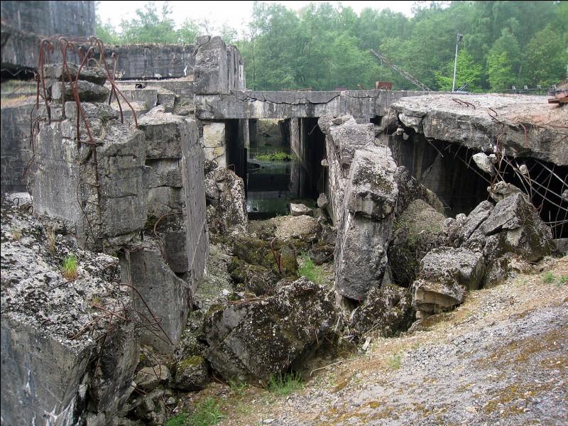 Grâce à quelle bombe l'intérieur du blockhaus d'Éperlecques fut-il dévasté ?