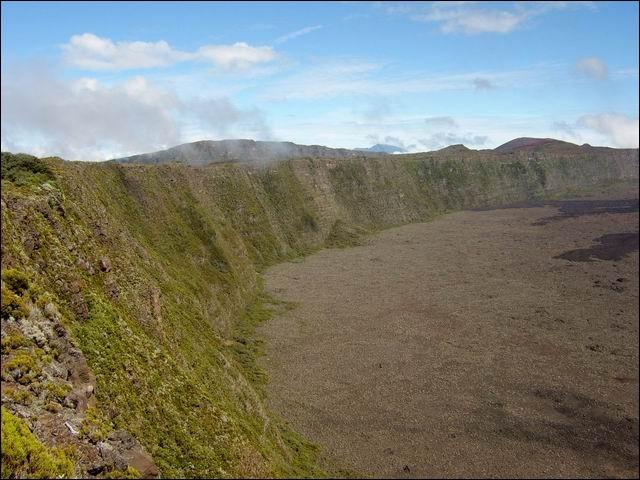Dans quelle direction du Piton de la Fournaise le sommet du Nez Coupé du Tremblet culmine-t-il ?