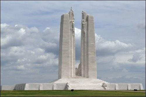 Dans quelle commune du Pas-de-Calais se situe le Mémorial national du Canada ?