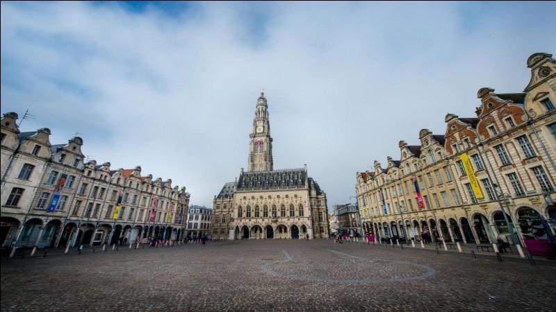 """Dans quelle ville du Pas-de-Calais se situe la """"place des héros"""" ?"""