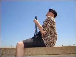 Deux ouvriers vont travailler sur la tour Eiffel. Soudain, ils s'aperçoivent qu'ils ont oublié leur mètre. À quelle hauteur sont-ils ?