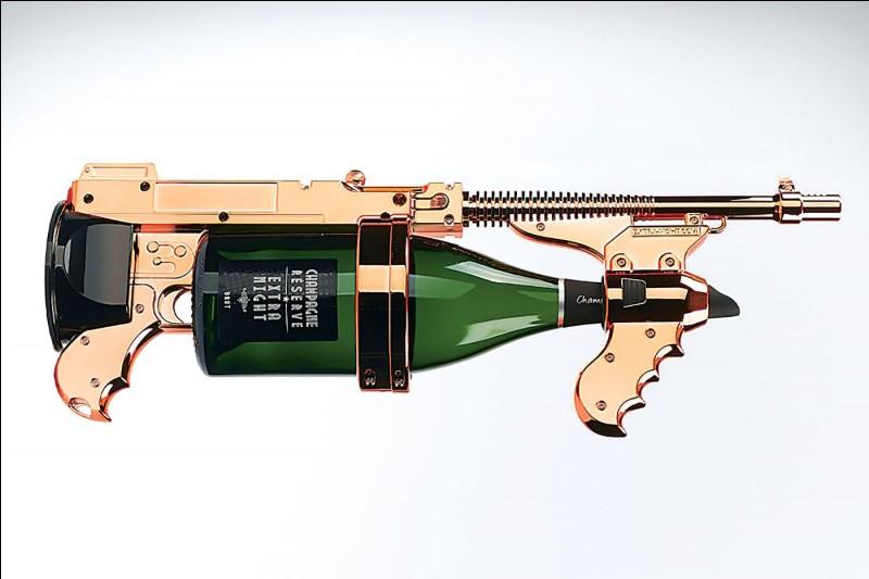 Que dit un pistolet a une mitraillette ?