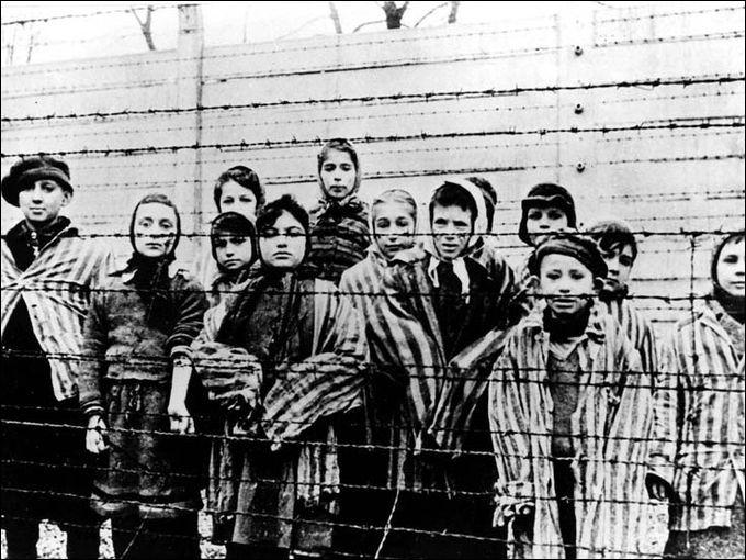 En étudiant quelle maladie le docteur Josef Mengele a-t-il tué 111 enfants dans le camp d'Auschwitz ?