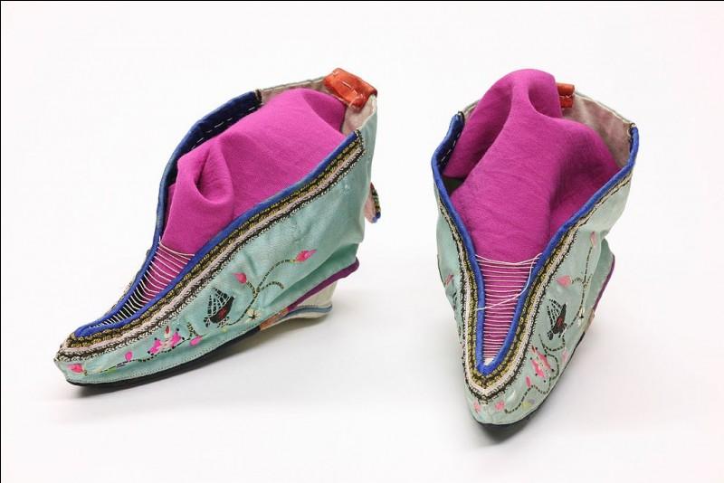 La tradition barbare des pieds bandés, en Chine, a été pratiquée pendant plus de 1000 ans (en photo, les chaussures dites de lotus). Le bandage commençait à l'âge de 5 ou 6 ans. Quelle était la taille idéale à atteindre et conserver par cette terrible pratique?