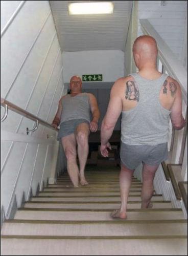 L'homme monte ou descend l'escalier ?