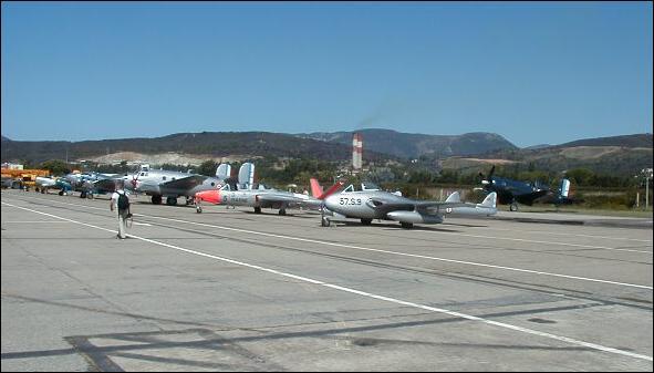 On peut voir les avions stationnés sur...