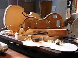 Quel est le nom du métier qui consiste à réparer et restaurer des instruments de musique à cordes ?