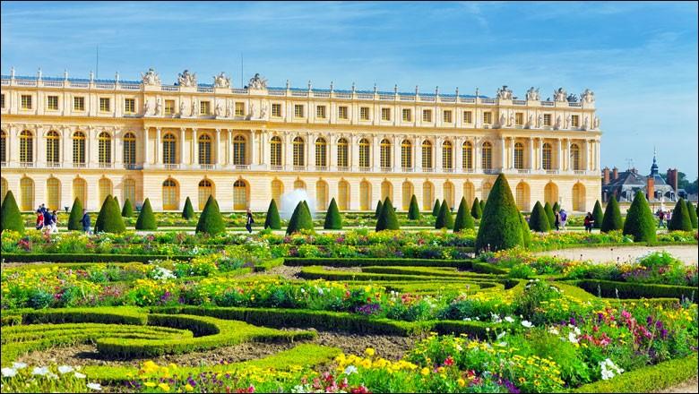 Joyau de l'architecture du XVIIe et XVIIIe siècle et du patrimoine mondial, avec ses appartements royaux, sa Galerie des Glaces, l'Opéra royal, la Chapelle, ses très beaux jardins et magnifiques parcs ornés de statues et fontaines, ses Grand et Petit Trianon, le Temple de l'Amour et le Hameau de Marie-Antoinette.