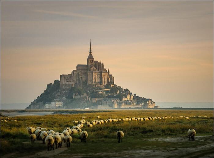 C'est sur une demande de l'Archange Michel qu'en 709, l'évêque Aubert y fit construire la première église. Avant l'an mille, on y avait aussi aménagé une église préromane.Au XIIIe siècle, le roi de France, Philippe Auguste, érigea l'ensemble gothique du Mont : 2 bâtiments de 3 étages couronnés par le cloître et le réfectoire.Il s'agit d'un grand foyer spirituel et intellectuel de l'Occident.