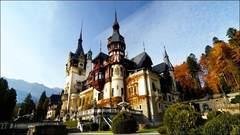 Situé dans le nord-ouest de la Roumanie, ce majestueux château fut achevé en 1914 sous les directives du souverain Carol 1er. On dit que l'architecture y est d'influence allemande néo-renaissance.