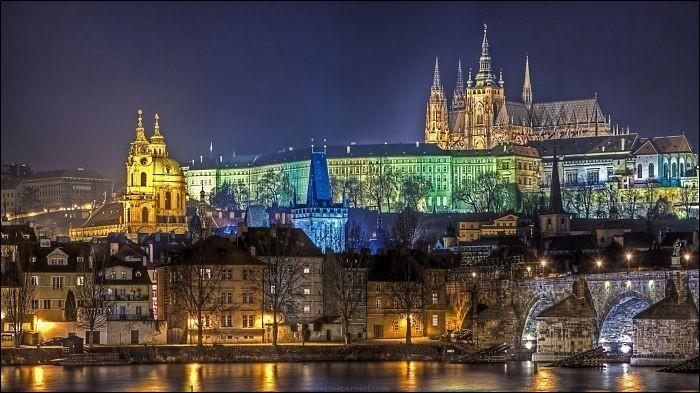 Il est sans aucun doute le monument historique le plus important de la République Tchèque : il est formé d'un imposant ensemble de palais, d'églises, de cours et jardins dominant stratégiquement la capitale Prague.