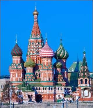 Ensemble de bâtiments prestigieux, situés sur la Place Rouge à Moscou : ancienne résidence des tsars russes, érigée entre le XIVe et le XVIIe siècle et centre politique actuel.