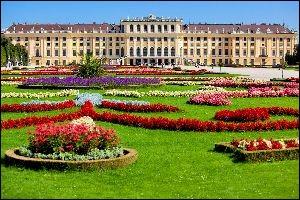 Voici le château du couple impérial autrichien François-Joseph et Elizabeth. Son nom signifie ''Belle Fontaine'' et il appartient aux Habsbourg depuis que Maximilien II en a fait l'acquisition en 1589.