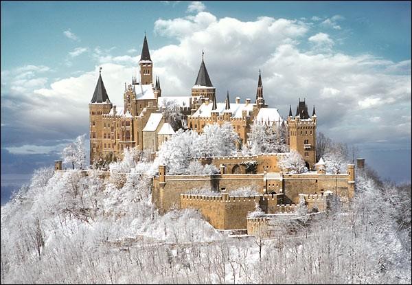 Ce palais fut habité par une famille qui régna sur l'Allemagne, la Prusse et la Roumanie. Il est souvent surnommé le château dans les nuages à cause que ses hauteurs sont entourées par l'humidité de la Forêt Noire.