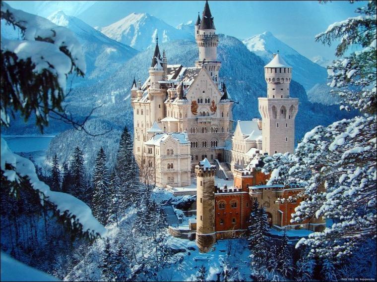 Voici le fameux château de Louis II de Bavière duquel Walt Disney s'est inspiré. Quand il était enfant, dans le Hohenschwangau, Louis II regardait, en rêvant, ce lieu, des Alpes bavaroises : aujourd'hui, c'est le lieu le plus visité du pays.
