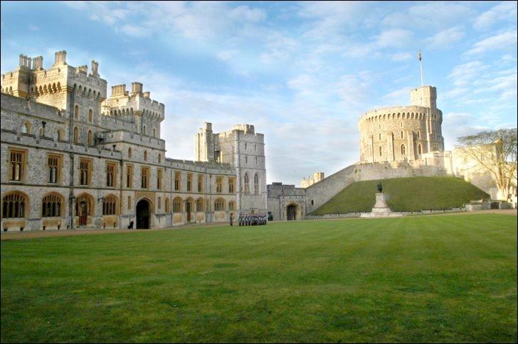 Situé à une cinquantaine de km de Londres, ce célèbre château appartient à la famille régnante britannique depuis 900 ans.