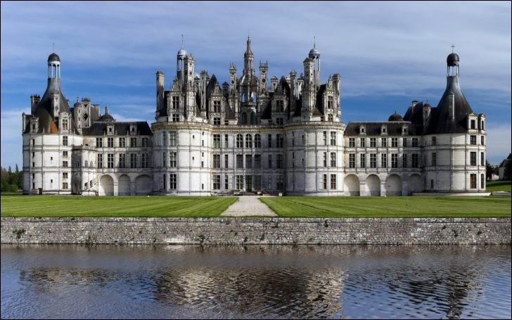 Plus vaste château de la Loire, chef d'oeuvre de la Renaissance, c'est François Premier qui le fit ériger, à la grandeur de sa passion.